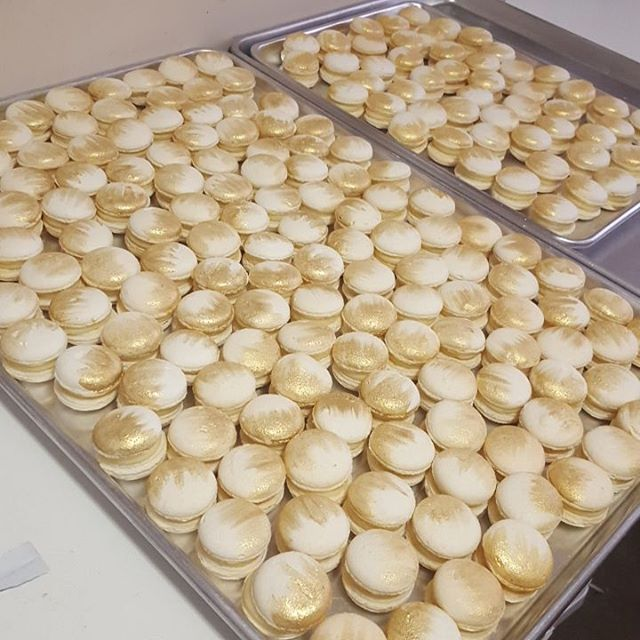 Wedding macs ♡_#goldflicked #macarons #pemulwuycupcakes #wedding #love #favors #bombonaires #whitech
