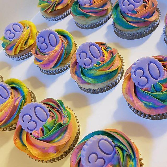 Bright & bold rainbow cupcakes ☆☆☆ #pemulwuycupcakes #thirty #rainbow #buttercream #birthday #cupcak