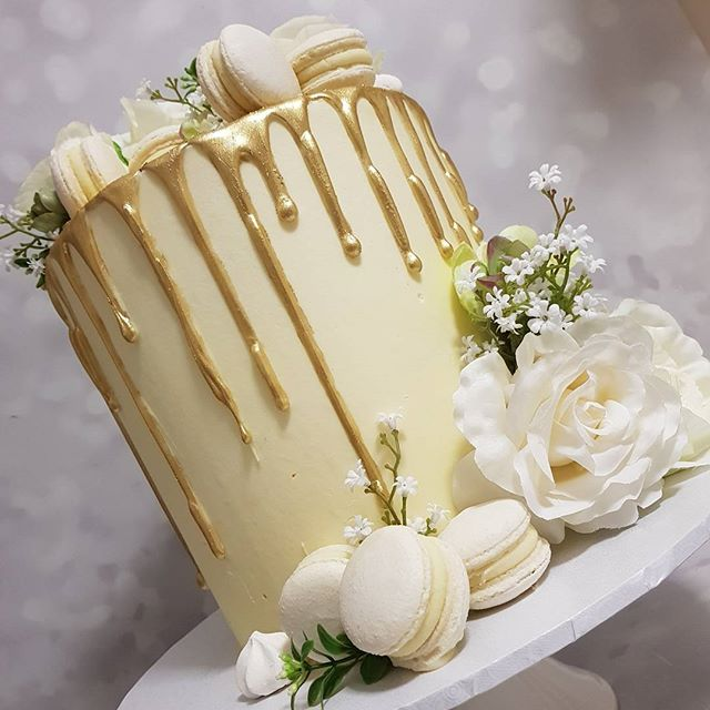 #twentyone #gold #dripcake _#macarons #mudcake #roses #florals #birthday #hbd #partyideas #partycake