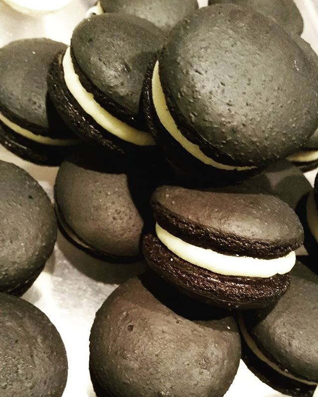 #fridaythirteenth #blackmacs #whitechoc #black #macarons #pemulwuycupcakes