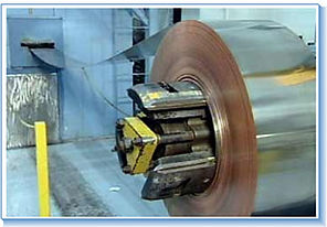הזנת גליון מתכת למכונת ניקוב
