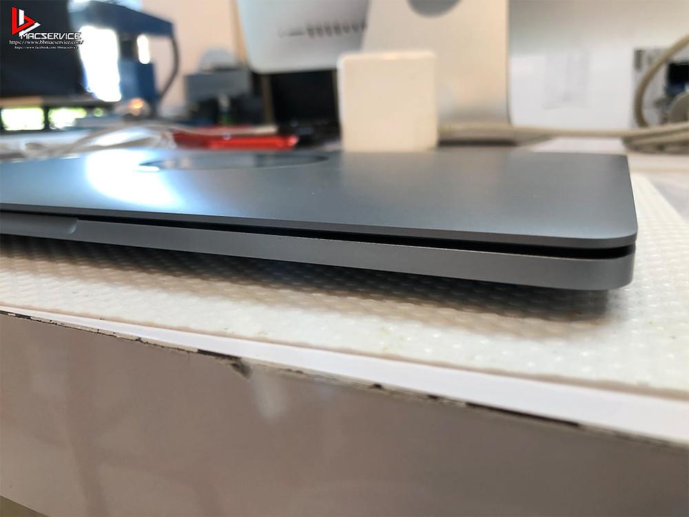 Macbook Pro 13 นิ้ว ปี 2016 แบตเตอรี่บวม บานพับปิดไม่สนิท