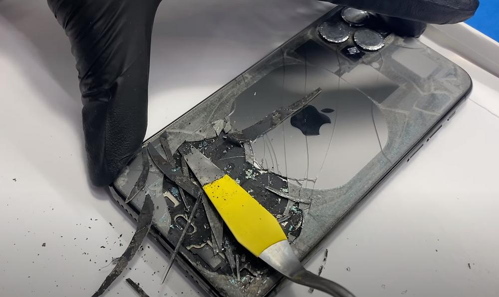 ถอดกระจกเก่า  iPhone 11 Pro