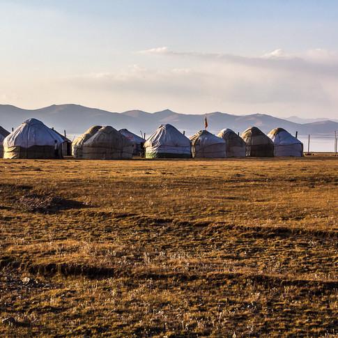 Юрты лагеря на берегу озера Сон-Куль