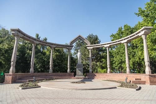 Памятник Курманджан Датке в Бишкеке