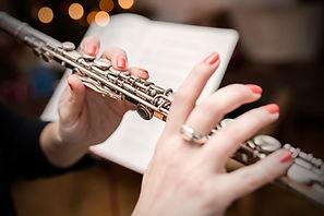 Jouer de la flûte traversière