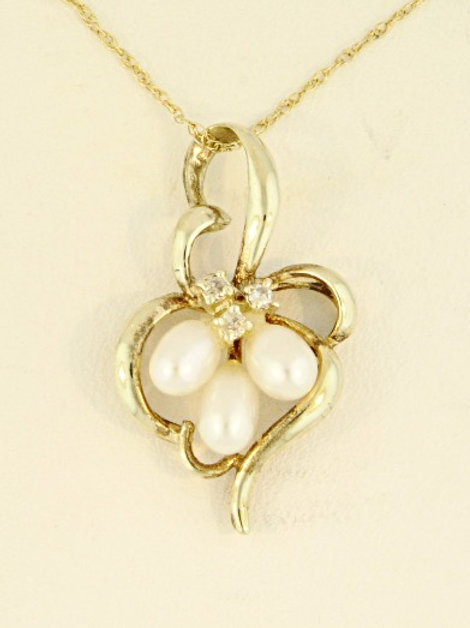 GOLD HEART WITH TEARDROP PEARL CLUSTER