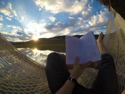 lectura en hamaca en lago Cabañas Salto