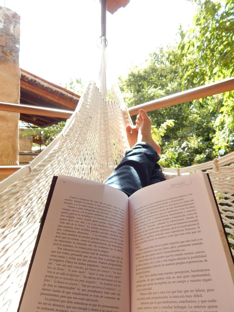 lectura en hamaca cabañas Ecohotel