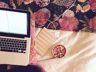 Frågor & svar: om att skriva när man blundar, snabbt dialogskrivande och Enya som jobbarkompis