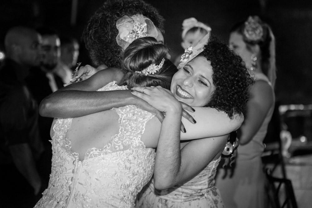 casamento vestido noiva noivos fotografobh fotografo amigos festa recepção abraço