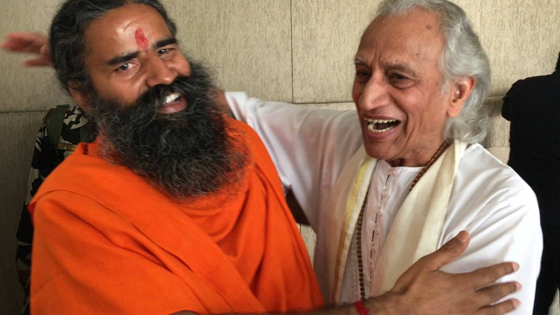 Gurudev and Baba Ramdev hugging