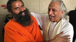 Gurudev and Baba Ramdev hugging