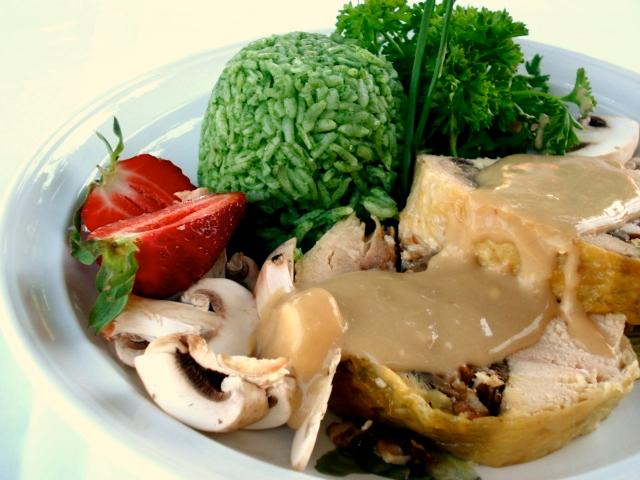 Pollo relleno y arroz verde