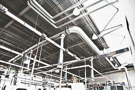 Vue d'un plafond avec plusieurs réseaux de ventilation visibles