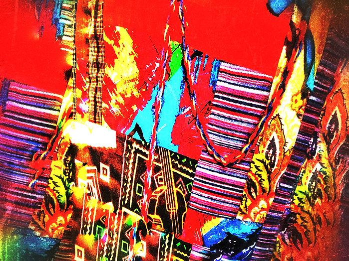 Ett tyg med många olika färger och mönster. Tyget är rött, blått, gult och rosa.