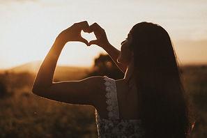 heart-5084900_1920-woman-sunset-heartsha