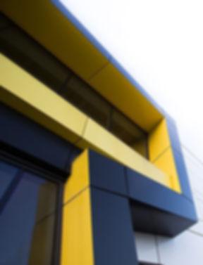 schwarz gelbe fassade.jpg