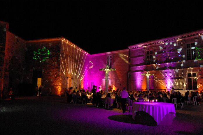 Mariage dans la cour de nuit
