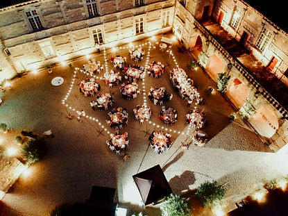 Poudenas Mariage dans la cour du château - Location Mariage Sud ouest