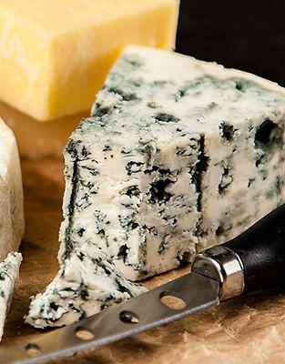 Les fromages sont tous issus de petits producteurs-transformateurs. Ils élèvent leurs bêtes dans le respect de la condition animale. Les troupeaux sont à taille humaine, ils sont nourris avec des produits naturels exclusivement, la plupart du temps produits sur la ferme. Nos producteurs disposent d'un savoir-faire traditionnel pour transformer le lait en fromage d'une qualité inégalable. Ainsi, vous trouverez, selon les saisons, du Saint Nectaire fermier, des « artisons » du Velay, de l'Abondance, le Saint Félicien… et toute une sélection de fromages uniques produits par des hommes et des femmes passionnés.