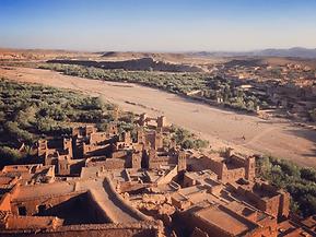 Plongez au cœur de la Kasbah Ait Benhaddou (Maroc) et partez à la rencontre de ses artistes lors d'une visite virtuelle inédite en compagnie d'un guide et d'une conférencière.