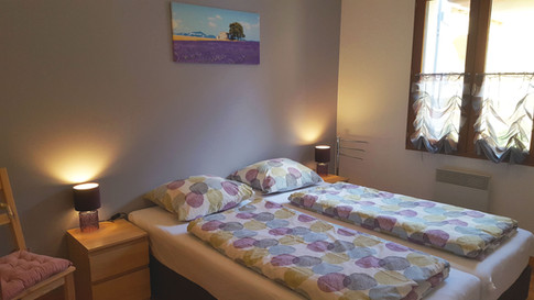 Slaapkamer met 2 boxspring bedden en matrastopper