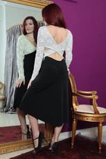 Klänning med benvit och fodrad spetsöverde. Kjoldelen svart med extra vid bak. Lycra/spets.  I lager:  Stl. S, M  Pris: 1490:-