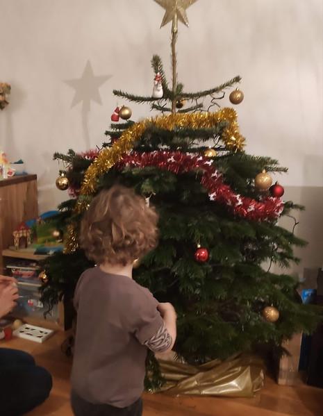 """""""Sa lettre au père Noël avait été postée dans la boîte à cet effet, et il était désormais temps pour lui de décorer son premier sapin, incluant les éléments qu'il avait préparés avec son assmat : de magnifiques petits dessins en pâte à sel, peints, ainsi qu'une étoile qu'il avait eu la chance de mettre tout en haut de celui-ci. """""""
