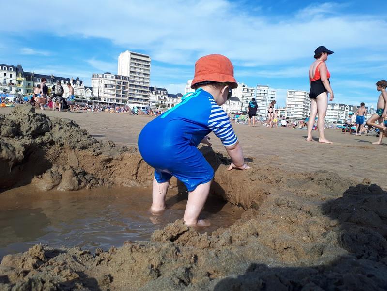 """""""Il fut ravi de passer ses journées à jouer avec le sable (qu'il n'avait pas repris en bouche, se souvenant probablement de sa précédente expérience), à le mettre dans un seau avant de le vider. Il fit même son premier bain dans l'eau froide de l'Atlantique """""""