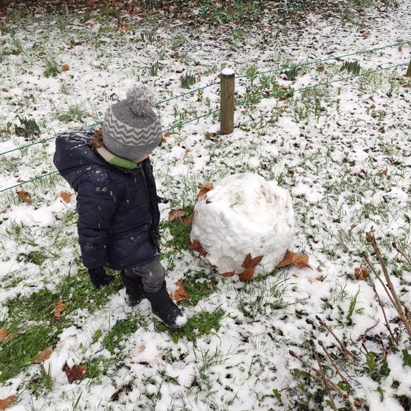 """""""Alors que Léon était dans sa dernière ligne droite pour atteindre ses 3 ans, le début du mois de février allait lui faire un superbe cadeau (à lui et à des millions d'adultes restés enfants dans leur tête) : de la neige (en région parisienne). Il n'en avait jamais vu, et je ne vous cache pas le bonheur que c'est que de voir un enfant découvrir ça pour la première fois. """""""