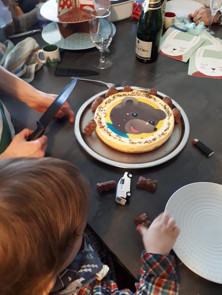 """""""Quelques membres de la famille étaient venus ce jour-là pour célébrer avec lui ses deux bougies sur un gâteau avec « Boa » de dessiné dessus. Déjà à ce moment-là, on commençait à nous parler de distance de sécurité à cause d'un étrange virus ressemblant à une grippe très contagieuse, en provenance de Chine. """""""