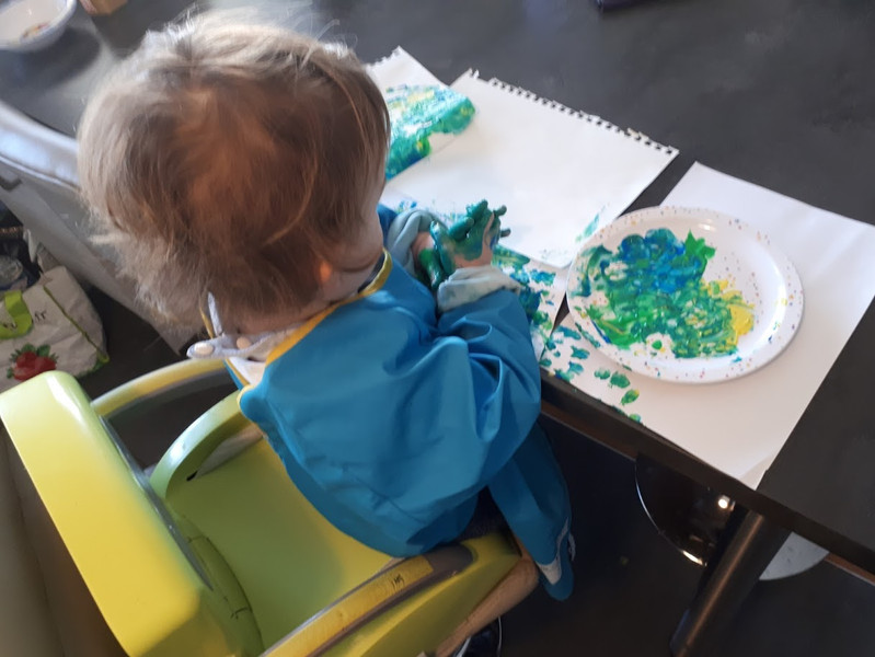 Une des occupations durant le confinement : de la peinture à doigts.  ça l'occupait... Au moins 5 minutes !
