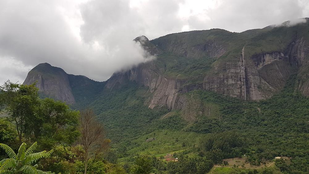 Tempo macabro no Vale dos Frades, com chuvas esporádicas e cachoeiras nas paredes