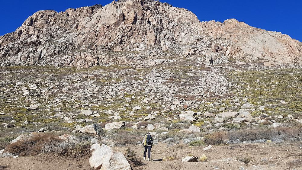 Laura indo em direção à Muralha Del Refugio. Parece perto... mas a caminhada à base leva mais de uma hora!
