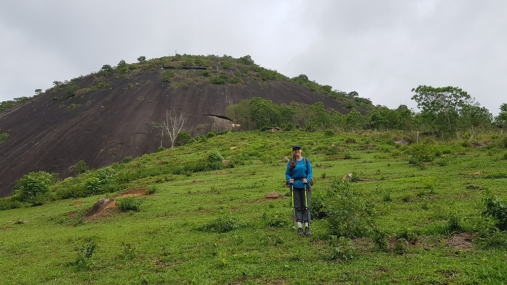 """Laura Petroni descendo o pasto de acesso à via """"Expresso 2222"""" (D1 3° IVsup E2 - 150m - Mista) na Pedra do Moinho / Petrópolis"""