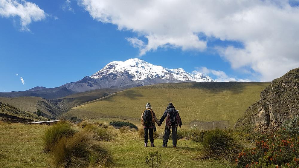 Laura Petroni e Pedro Bugim no cânion do Acantilado de San Juan, com o Vulcão Chimborazo (6.268m) ao fundo