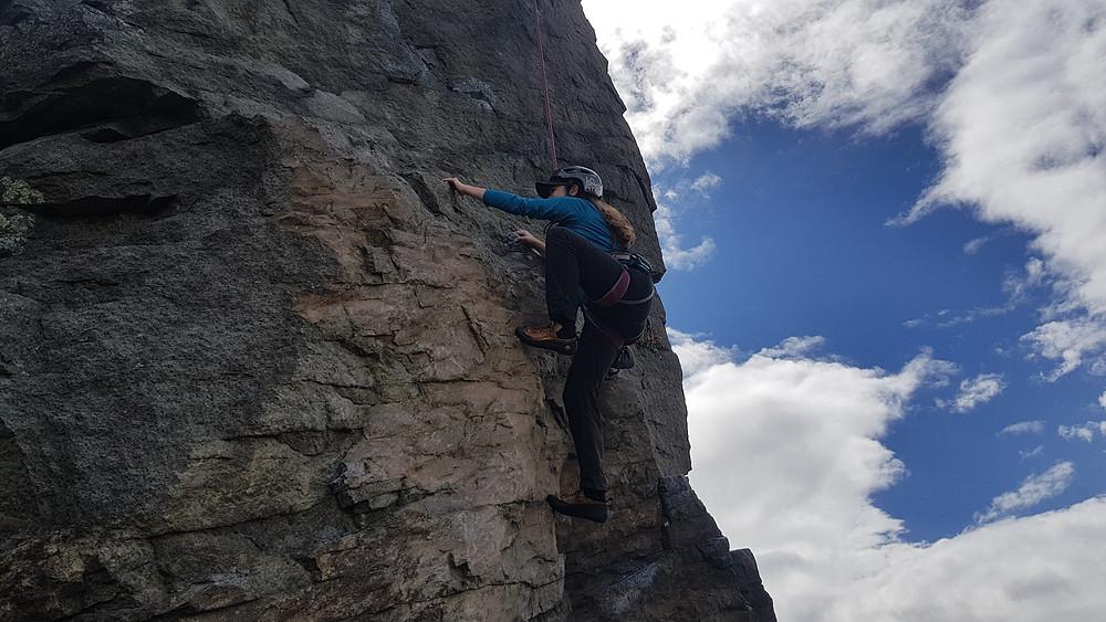 Laura Petroni escalando no setor de cima de Las Canteras, Quito - Equador