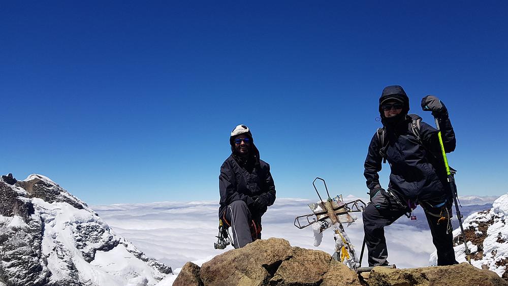 Pedro Bugim e Laura Petroni no cume do Iliniza Norte (5.126m)