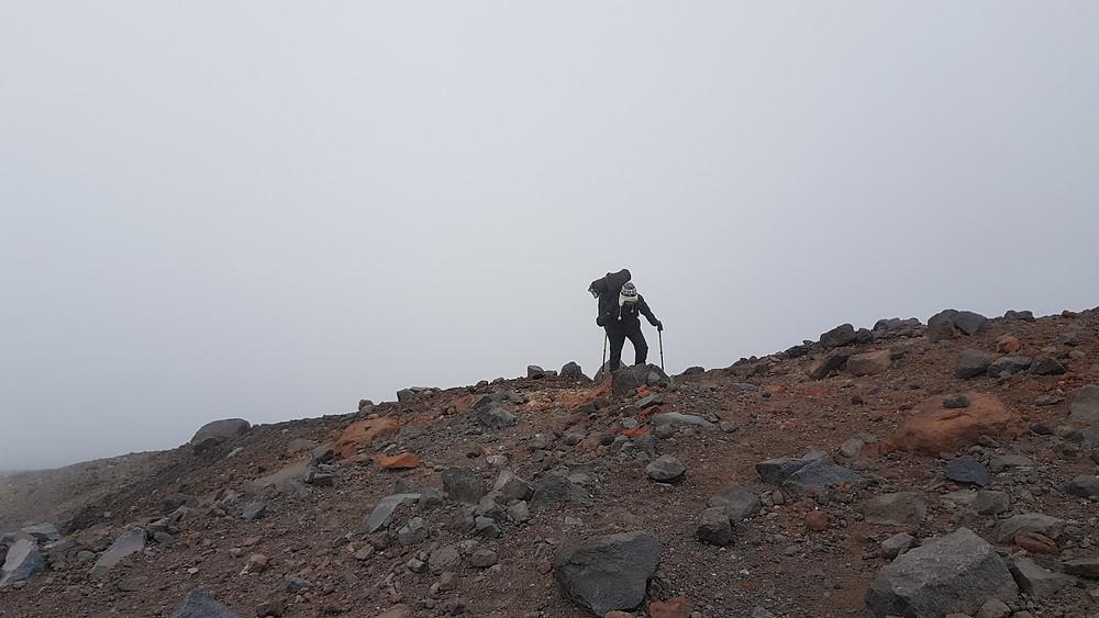 "Laura Petroni na subida ao campo ""arista"" do Chimborazo, a 5.300m de altitude"