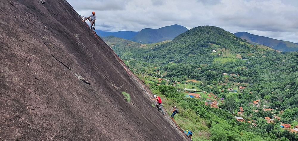 """Galera do CERJ escalando a """"Expresso 2222"""" e a """"Realce"""", na Pedra do Moinho"""