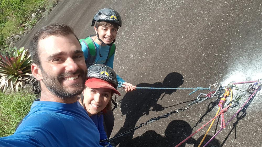 """Pedro Bugim, Laura Petroni e João Pedro na P4 da """"Rebimboca da Parafuseta"""" (4° V (VIIb/A1) E2/E3 D1 - 200m)"""