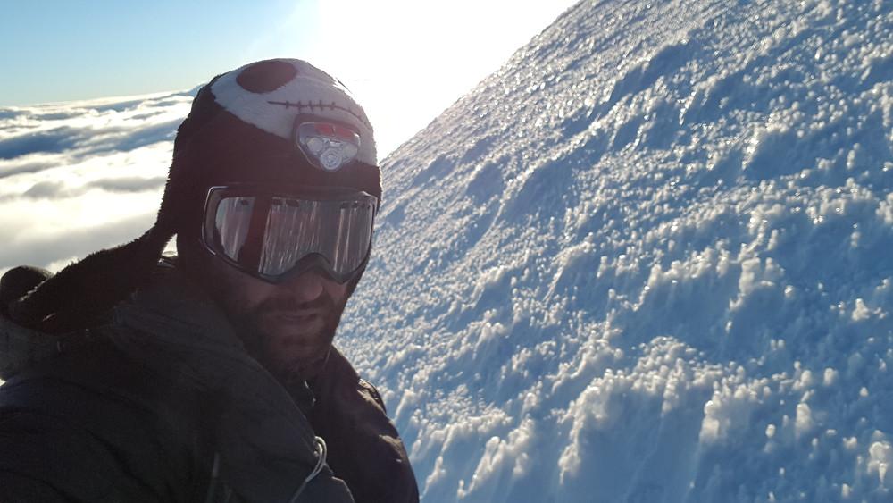 """Pedro Bugim subindo o Cotopaxi em solo, pela rota """"Rompecorazones"""", ainda com o """"Jack"""" na cabeça..."""