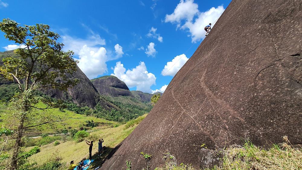 """Virgílio escalando a """"Louro do Moreno"""", com todos na confortável base das vias. Campo Escola de Pancas / ES"""