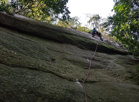 """""""Me Engana Que Eu Gosto"""" (VIIb E1 - 20m) - Nova via no Contraforte do Pico dos Quatro"""