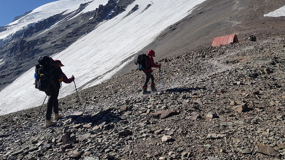 Laura Petroni e João Pedro chegando ao campo Dagostini (4.600m)