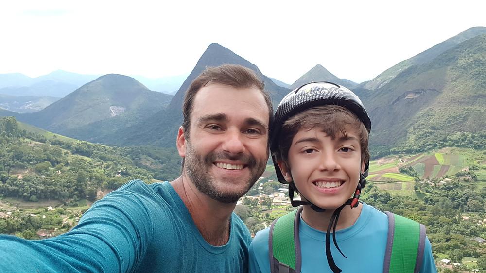 """Pedro Bugim e João Pedro (usando chapéus?!) na última parada da """"Pé de Vento"""""""