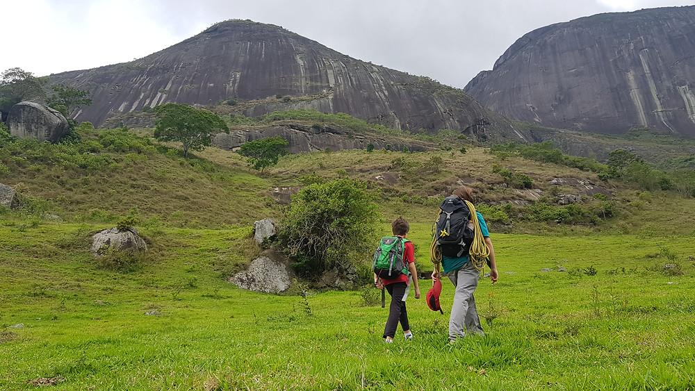 Laura e João Pedro na caminhada do pasto até a base