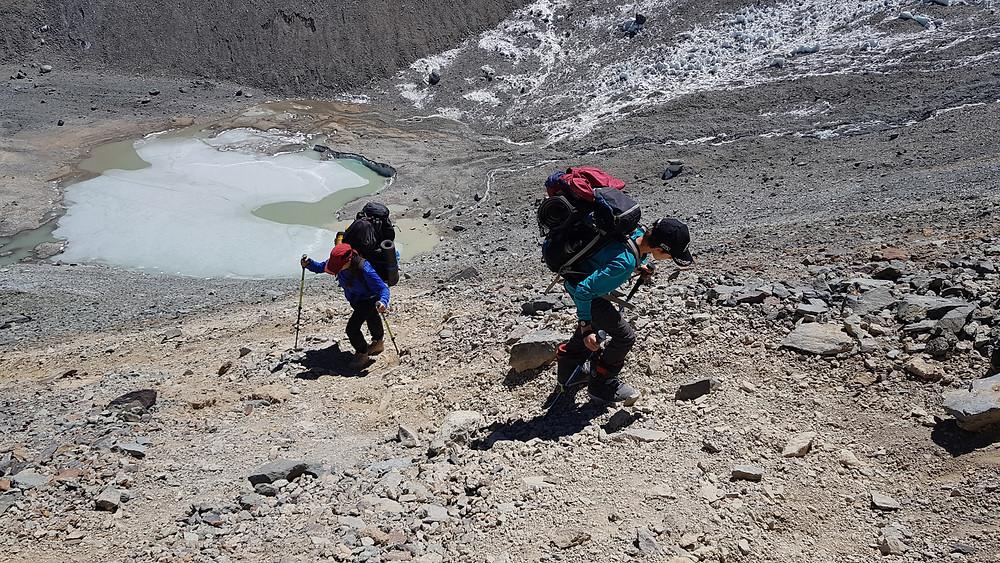 Laura Petroni e João Pedro na forte subida ao Refúgio Dagostini (4.600m)