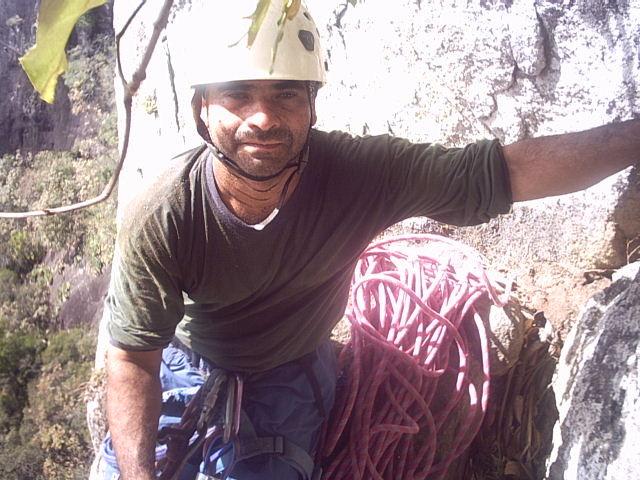Menudo durante a escalada à Chaminé Cachoeiro - Jun/2004